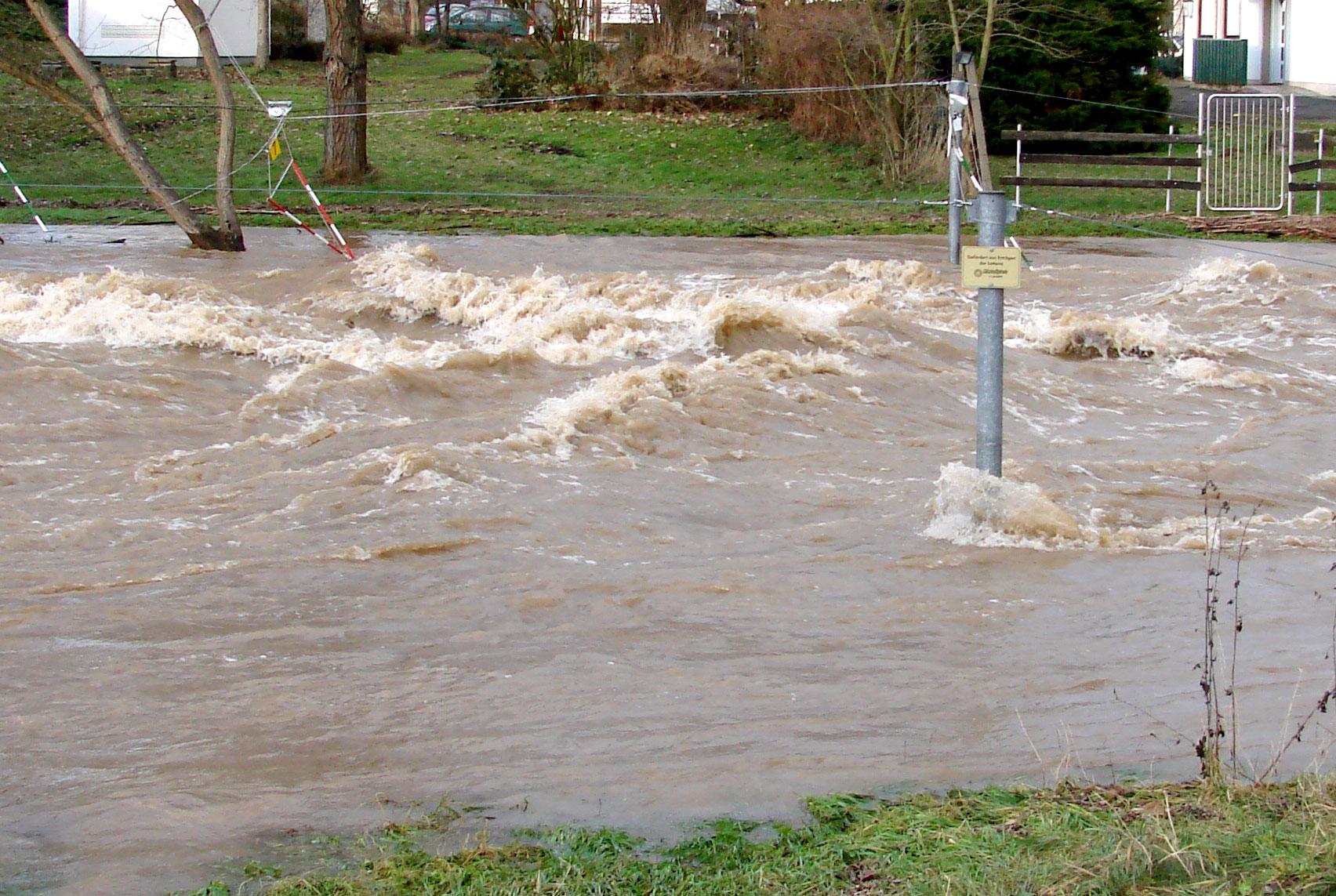 Lose Holzstapel Gefahr bei Hochwasser