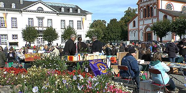 Bücherherbst 2013 Sinzig - Bücher, historische Zeitschriften und Schallplatten auf dem Kirchplatz.