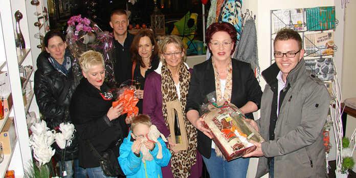 Der Vorstand der Aktivgemeinschaft und Ortsvorsteherin Silvia Mühl gratulierten Cornelia Detmers zur Geschäftseröffnung