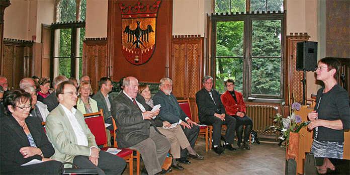 Museumsleiterin Agnes Menacher (r.) begrüßt die Vernissage-Gäste im Schloss, besonders die Künstler Rolf Stolz und Professor Roessler (erste Reihe, 2. u. 3. v. l.) Foto: Denkmalverein ((honorarfrei))