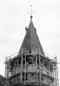 Peter Meyer auf dem Dach der Kirche St. Peter zu Sinzig. (ca. 60er Jahre)