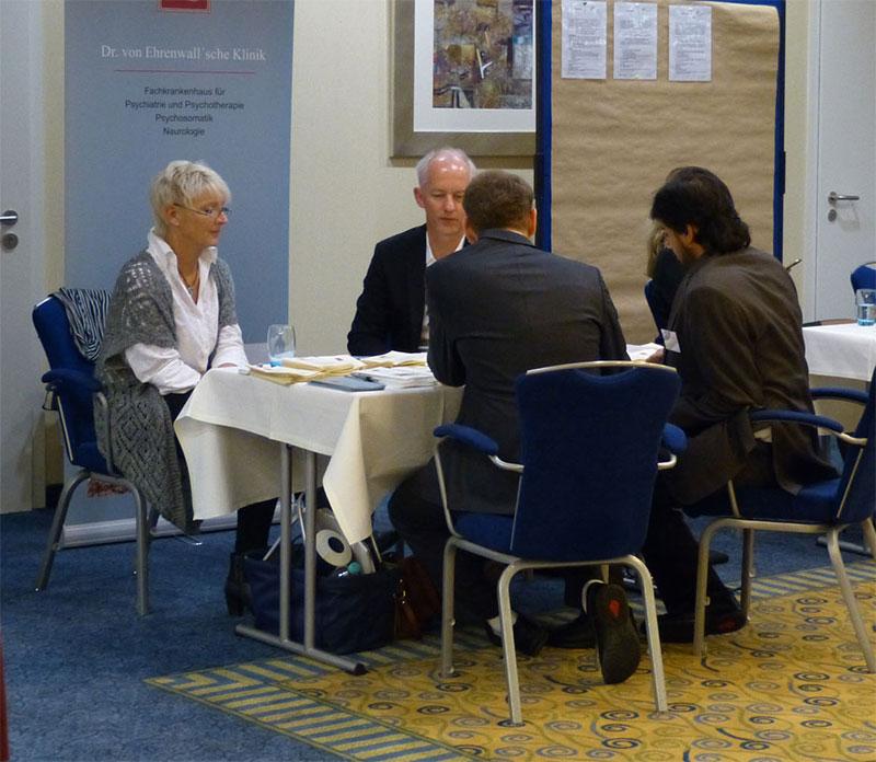 Foto: Bei der jüngsten Klinikmesse suchten Bettina Vellage (von links) und Markus Schmitt von der Ehrenwall´schen Klinik das Gespräch mit Besuchern.
