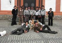 Auf der Walz - In ihrer jeweiligen Kluft, stürmten am vergangenen Dienstag zwölf junge, fleißige Handwerker und Handwerkerinnen das Sinziger Rathaus.