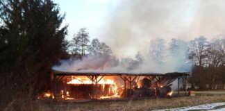 Brand einer offenen Feldscheune