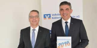 Stephan Breser (li) und Walter Müller (re) präsentieren die erfreuliche Bilanz der Volksbank Koblenz Mittelrhein.