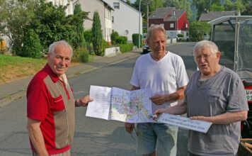 Rüstige Rentner montieren Straßenschilder - der Film