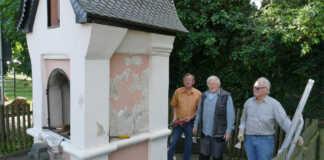 Rüstige Rentner renovieren die Kapelle am Dreifaltigkeitsweg