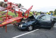 Auto prallt auf Traktor - Feuerwehr befreit Fahrer