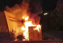Brennender Fahrzeuganhänger
