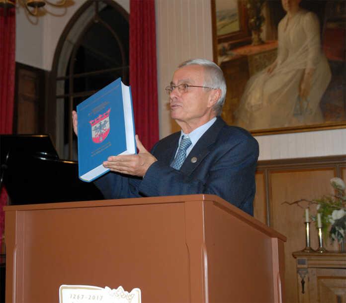 Denkmalverein schenkt der Stadt Sinzig die Regestensammlung