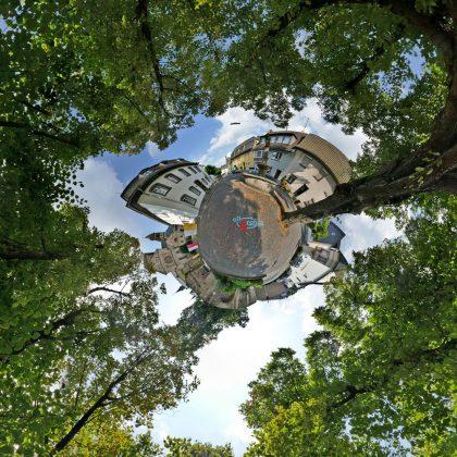 Platz mit Brunnen an der Pfarrkirche in Remagen