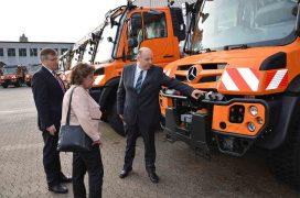 Die Leiterin des Geschäftsbereichs Betrieb des LBM RP, Ursula Gerhartz-Path, informierte sich über den Stand der neuen Technik bei den Unimogs (links im Bild Walter Bach, rechts: Michael Balzer, von der Firma KBM Motorfahrzeuge GmbH & Co. KG).