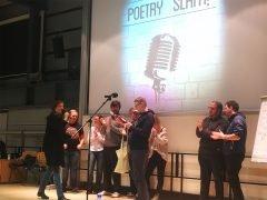 Die Übergabe des Preises an den Gewinner des Poetry-Slam