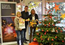 Caritas-Wunschbaum erstrahlt im evm-Kundenzentrum Sinzig