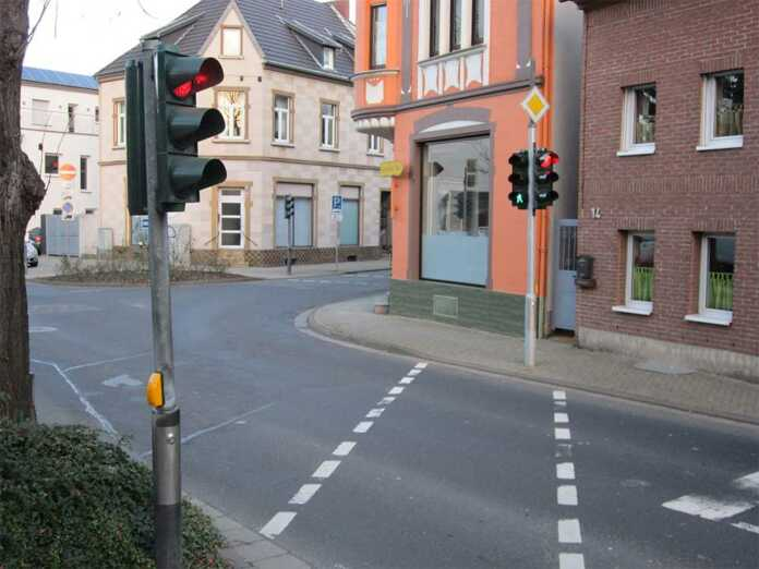 Die Ampelanlagen an der Ecke Rheinstraße/Koblenzerstraße sind ab sofort alle als Fußgängerampeln wieder in Betrieb