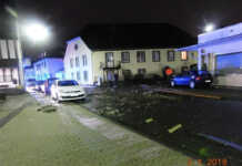 Windhose deckte Stalldach ab und beschädigte mehrere geparkte Fahrzeuge und Häuser