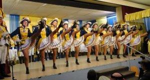 Tanz der Damengarde in Uniform und Stiefeln