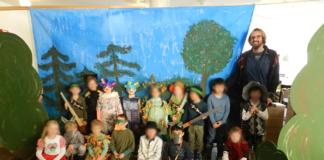 Vorschulkinder präsentieren Theaterstück in der Seniorenresidenz Curanum