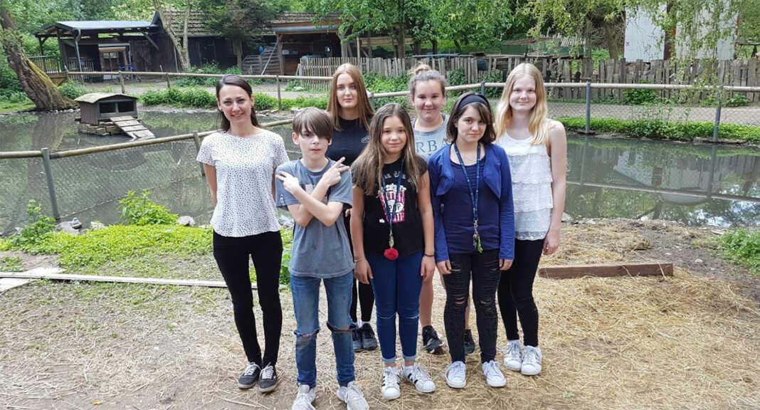 Schüler helfen am Schwanenteich