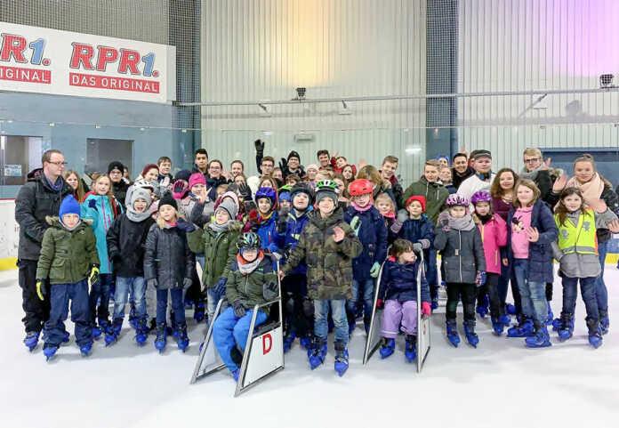 Jugendrotkreuzler beweisen in der Eishalle Standfestigkeit und Teamgeist