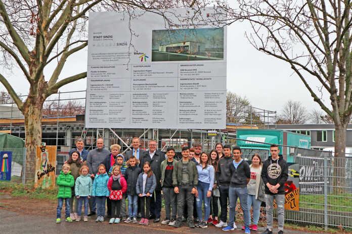 Neubau der Mensa Regenbogen-Grundschule und der Barbarossa-Realschule nimmt Gestalt an