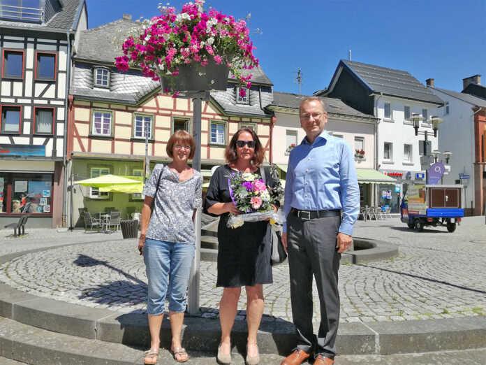 Andrea Schraaf-Wilhelmy hat im Namen des Bürgerforums bei Flower Your Street Blumenschmuck für Sinzig gewonnen