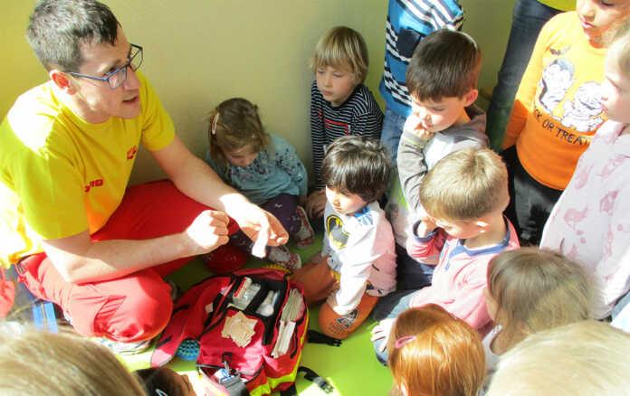 Die DLRG besucht die Löwenkinder der Kita Goethe-Knirpse