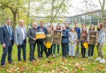 Artenreiche Wiese: Kreisschulen bekommen insektenfreundliche Schulhöfe