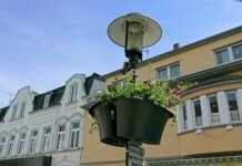 Blumenampeln an den Laternen verschönern wieder die Sinziger Innenstadt