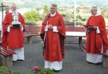 Das Bild zeigt (von links nach rechts) Pater Cornelius, Pfarrer Frank Klupsch und Pater Bartholomé auf dem Pacelli-Platz im Klostergarten der Apollinariskirche. Im Rahmen dieser kleinen Andacht wurden die Menschen und die Stadt Remagen gesegnet.