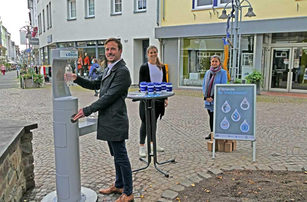 Bürgermeister Björn Ingendahl, Klimaschutzbeauftragte Chantal Zinke und die Ausubildende Fereshta Ahmed bei der offiziellen Eröffnung des Trinkbrunnens
