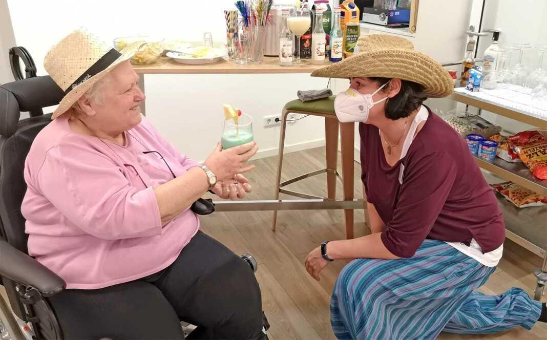 Hospiz- und Pflegedienstleiterin Yasmin Brost mixte Drinks für die Hospizgäste
