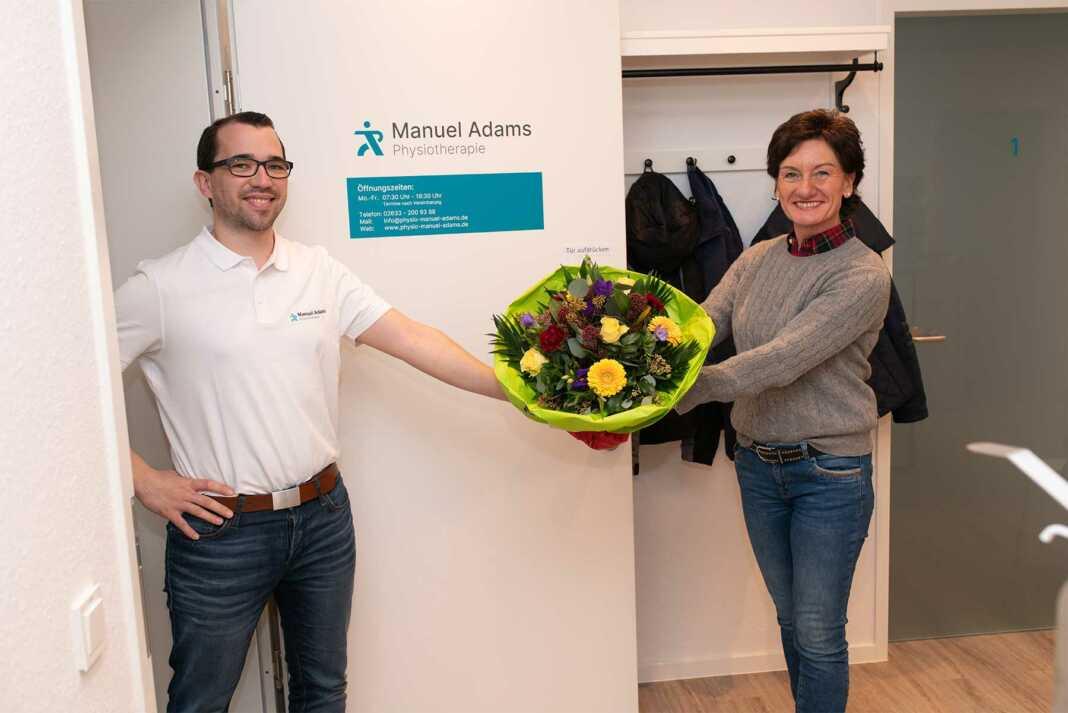Petra Schneider (CDU), Landtagskandidatin im Wahlkreis 13, zu Gast bei Physiotherapeut Manuel Adams