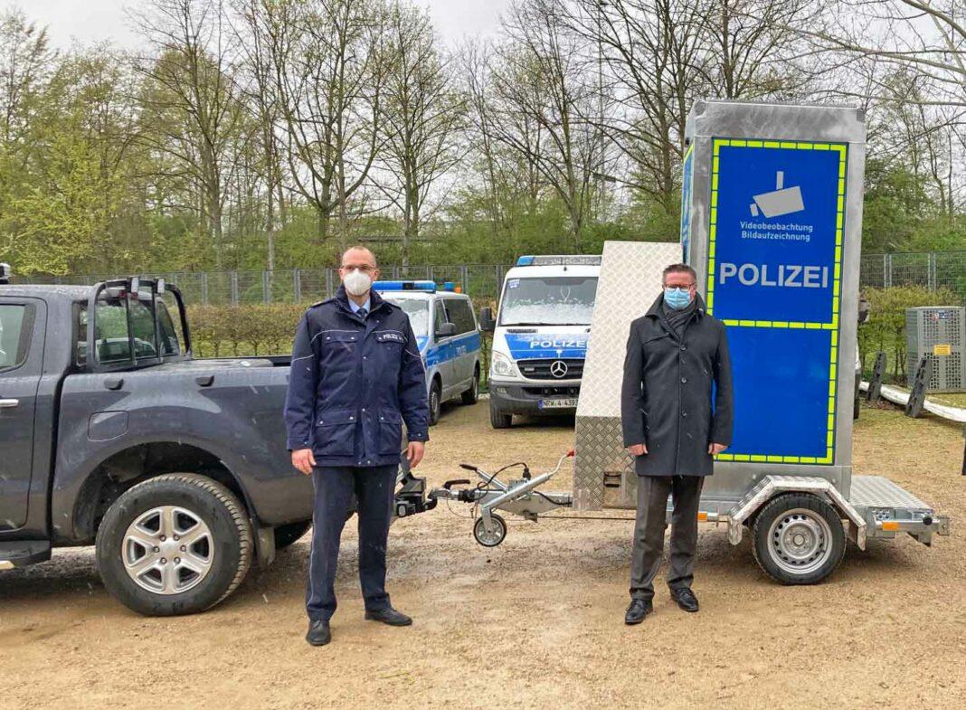 Polizei mit Videokamera