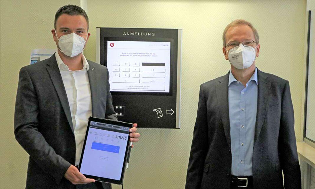 Bürgermeister Andreas Geron und Büroleiter Christian Weidenbach (v.r.n.l.) überzeugten sich von der neuen Technik.
