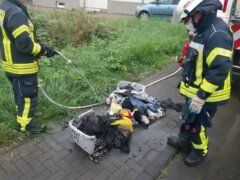 Feuerwehrkräfte unter Atemschutz brachten das glimmende Brandgut ins Freie, wo es endgültig gelöscht wurde