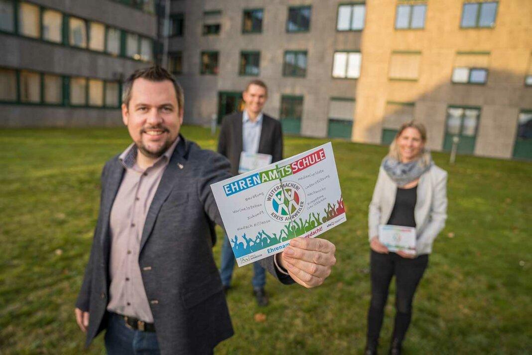Projektleiter Mario Stratmann (vorne), KVHS-Leiter Christian Hofeditz und Projektkoordinatorin Michaela Wolff