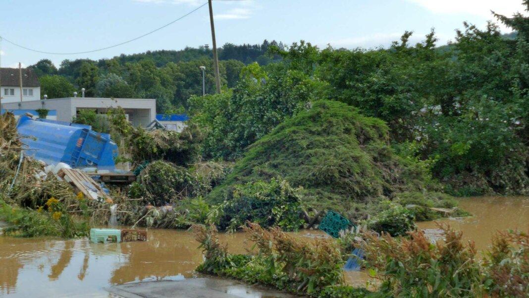Polizei sucht Katastrophengebiet ab