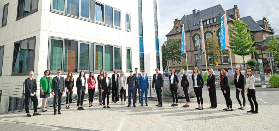 18 junge Kolleginnen und Kollegen haben zum 1. August 2021 ihre Ausbildung bzw. ihre Jahrespraktikum bei der Volksbank RheinAhrEifel eG begonnen. Begrüßt wurden sie in Mayen von Vorstandsmitglied Markus Müller und Ausbildungsleiterin Ursula Müller