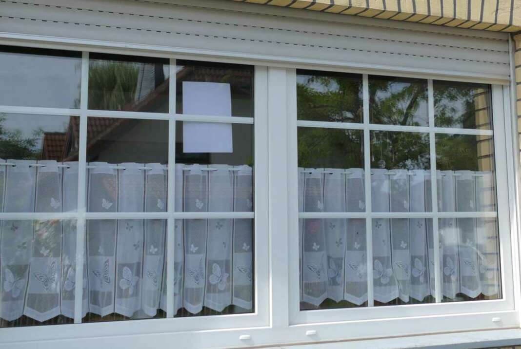 Fenster mit Blatt Papier