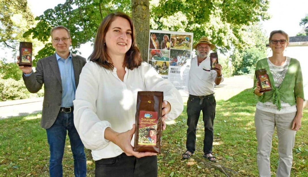 """BU: Bürgermeister Andreas Geron, Klimaschutzmanagerin Clarissa Figura, sowie Ingo Binnewerg und Renate Adams von der Fairtrade-Steuerungsgruppe stellen den """"Sinziger Stadtkaffee"""" vor"""