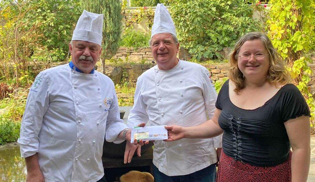 Hans Schmidt, Jean-Marie Dumaine und Melanie Brücken (v.l.) bei der Spendenübergabe. (v.l.)