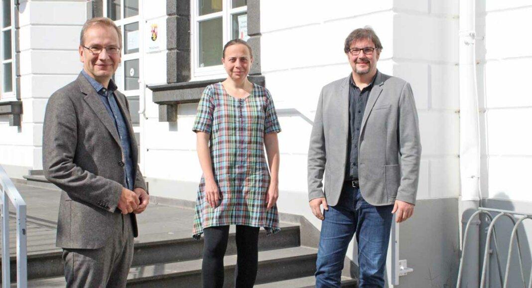 Bürgermeister Andreas Geron, Stefani Jürries und Frank von Häfen vor dem Sinziger Rathaus (v.l.).