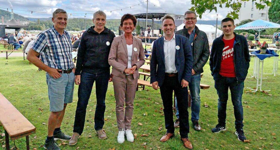 MdL Petra Schneider und Bürgermeister Marcel Caspers mit freiwilligen Helfern der Benefizveranstaltung weAHRfamily