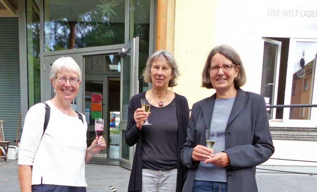 Pfarrerin Laubmann mit den Sprecherinnen des Weltladens Walburga Greiner und Silke Olesen (vlnr) beim Empfang.