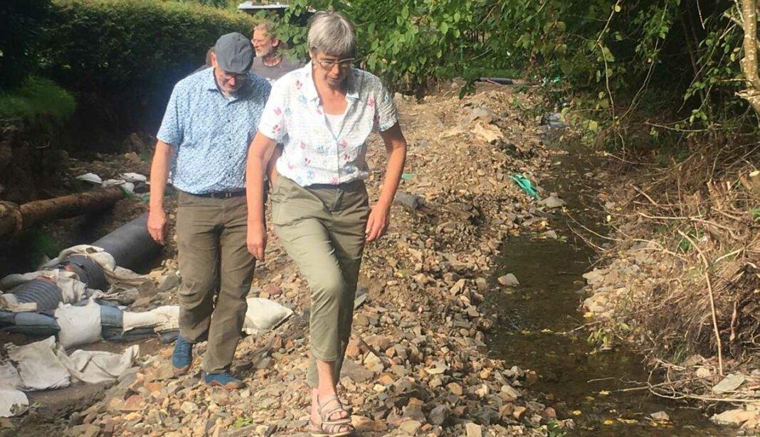 Jutta Paulus, MdEP und Martin Schmitt besuchen einige Zuflüsse der oberen Ahr – hier in Antweiler am Hühnerbach.