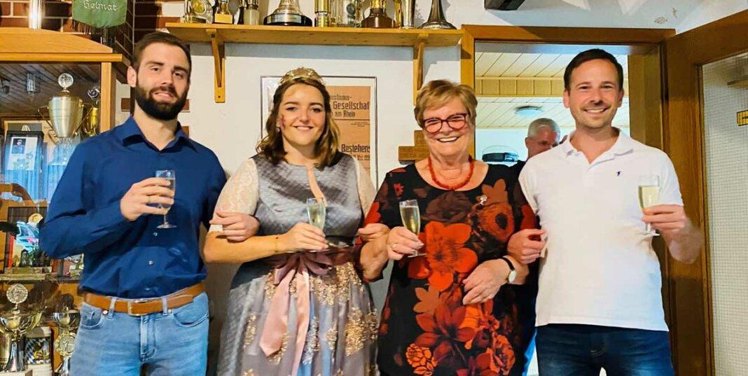 v.l.n.r. der stellvertretende Ortsvorsteher von Remagen, Tim Schäfer und Karolina I (Schmitz), Remagens amtierende Weinkönigin, Resi Decroupet und Bürgermeister Björn Ingendahl.