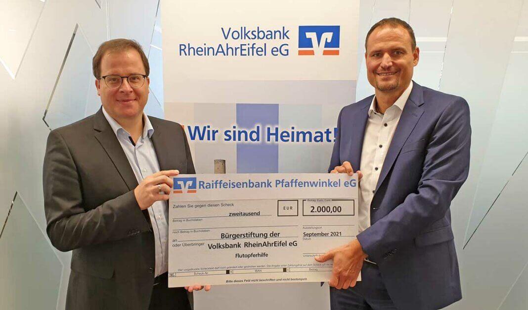 Stiftungsvorstand Markus Müller (links) und Bernd Krechel, Prokurist und Bereichsleiter bei der Volksbank RheinAhrEifel (rechts).