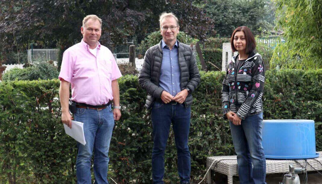 Dirk Heinemann (l.) und Sufya Esmatyar-Heinemann (r.) mit Bürgermeister Andreas Geron auf dem Betriebsgelände.