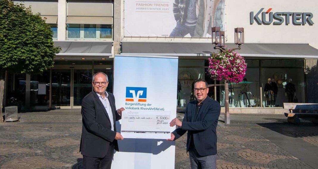 Markus Schmitt (re.) bei der Übergabe des Spendenschecks an Erich Leicht, Prokurist der Volksbank RheinAhrEifel eG